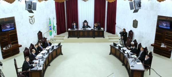 Tribunal Pleno do TCE: cerca de R$ 9,5 milhões foram gastos em mais de 20 mil diárias - num valor unitário médio de R$ 464,54 -, que beneficiaram diretamente 2.136 vereadores (Foto: Wagner Araújo / Divulgação TCE-PR)