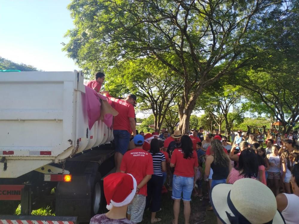 Papai Noel e sua Caravana do Natal Iluminado,estiveram no Distrito de Rio Bonito