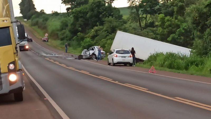 Acidente envolvendo carro e caminhão mata mulher de 22 anos na PR-323