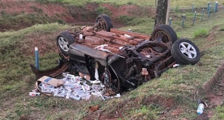 Morador de Umuarama morre após capotar carro carregado com cigarros na PR-496