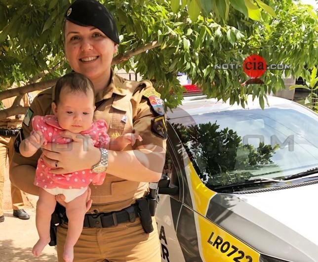 Equipe que ajudou a salvar uma bebê engasgada no sábado, visita a família da pequena