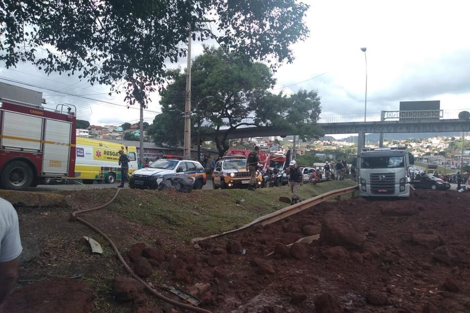 Caminhoneiro que causou acidente no Anel foi negligente e será preso, diz PM