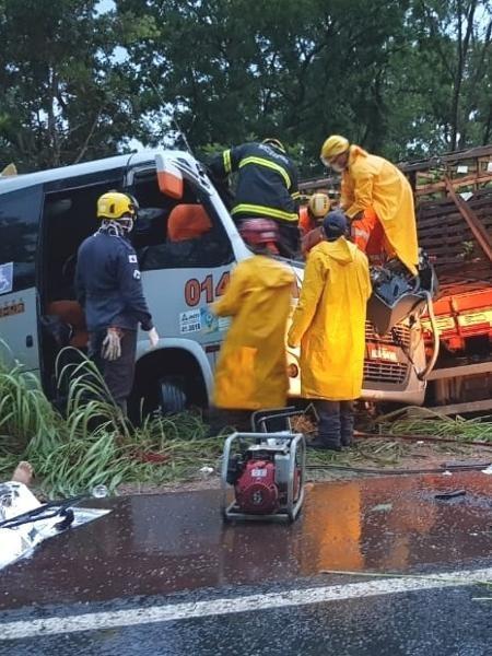 Acidente com ônibus de Londrina mata 11 pessoas e fere 16 em Minas Gerais