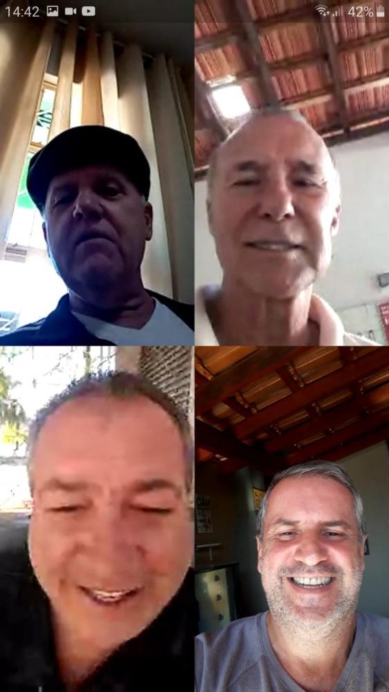 Os quatro amigos em um bate papo online