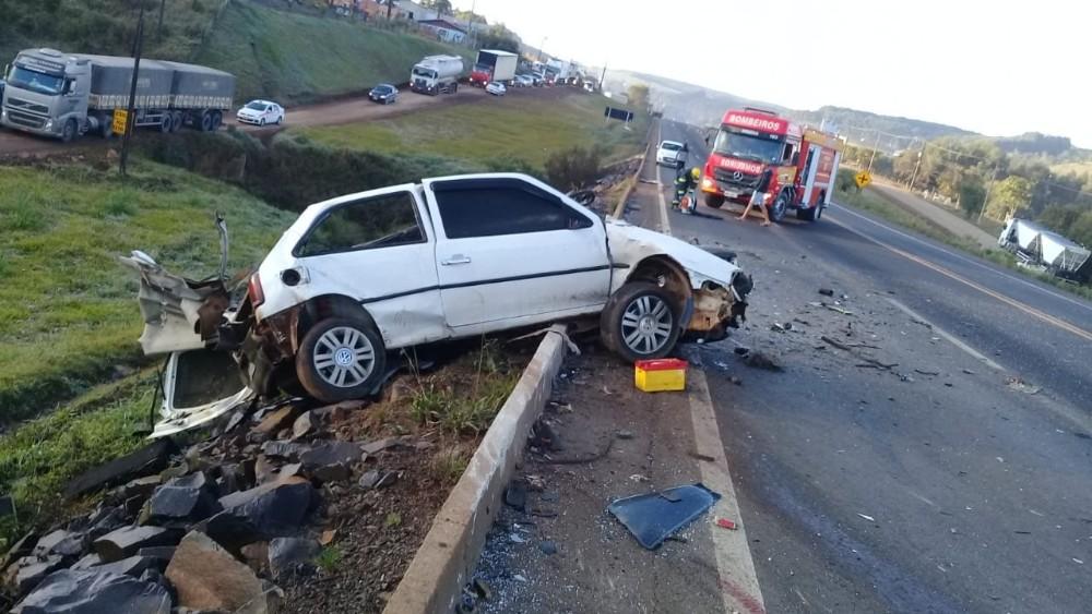 Carro fica completamente destruído e motorista natural de Lindóia do Sul morre em colisão na BR-282 na região de Ponte Serrada