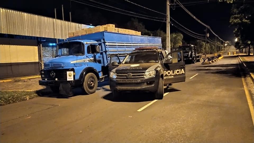BPFRON apreende caminhão carregado de cigarros em Guaíra-PR.