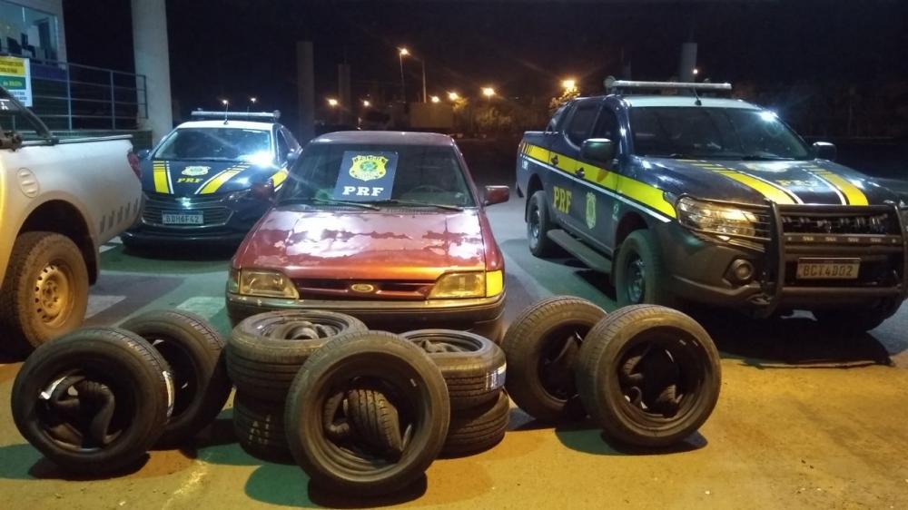 PRF e Receita Federal apreendem pneus e aparelhos de celular contrabandeados em Guaíra