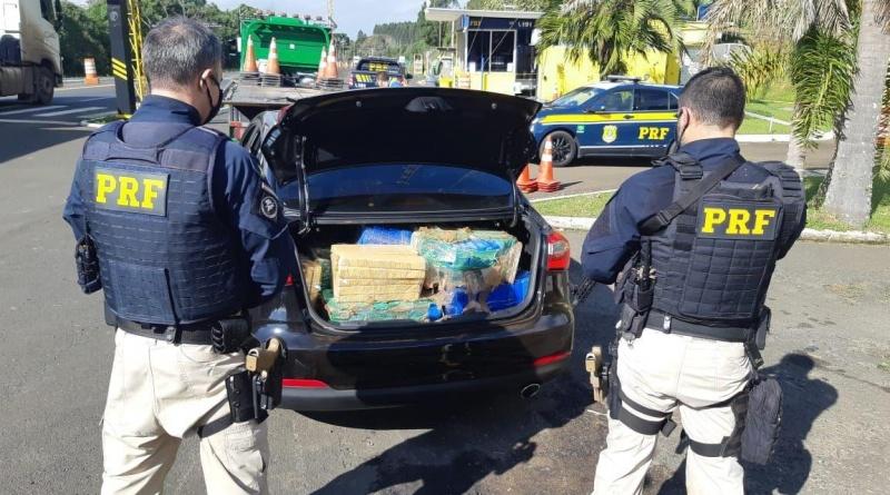 PRF apreende quase 400 quilos de maconha e recupera carro roubado com professora em Irati