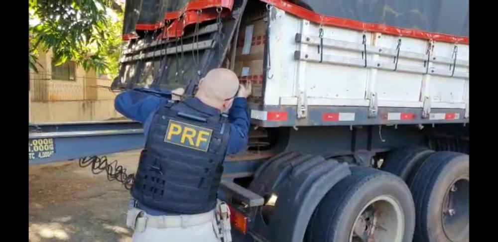 Dois rodotrens apreendidos na ação transportavam cerca de 1,5 milhão de carteiras de cigarros contrabandeados; dois homens foram detidos