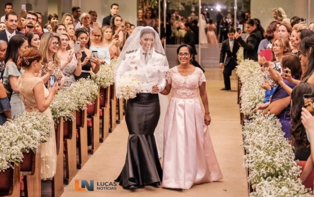 Capitã da PM usa 'vestido-farda' em cerimônia de casamento na igreja em MT