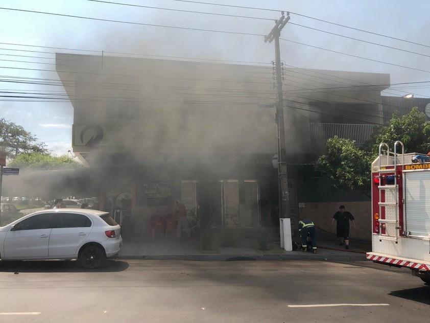 Incêndio atinge restaurante na Avenida Tiradentes, em Umuarama