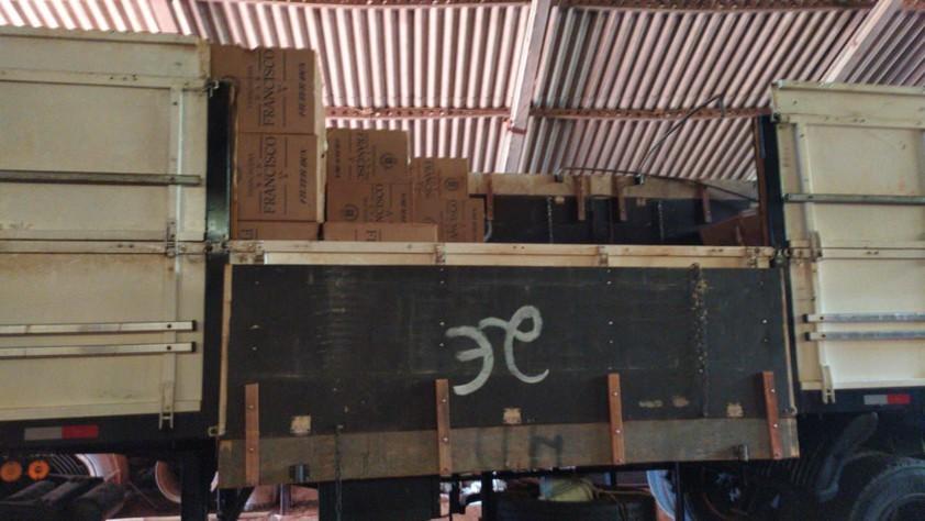 PM apreende duas carretas com cigarros contrabandeados no barracão de um haras