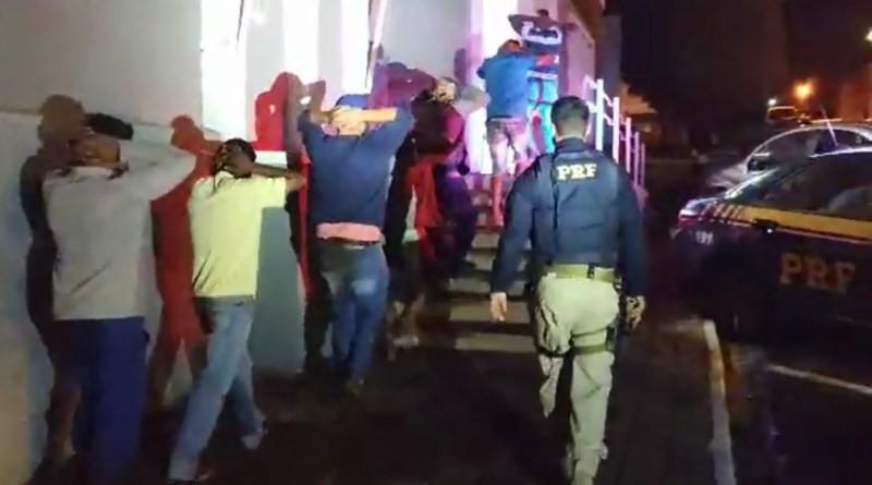 Durante incêndio, PRF prende oito envolvidos em saque de carga de cerveja