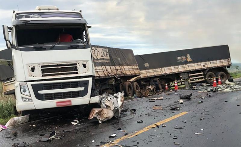 Uma pessoa morre e carreta pega fogo em acidente na BR 163
